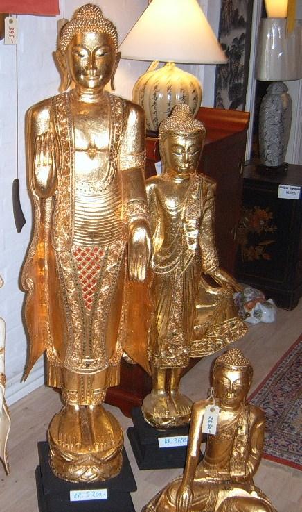 Buddha i håndhugget træ