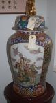 Stor og fin kinesisk urne med motiv af mange personer på skib
